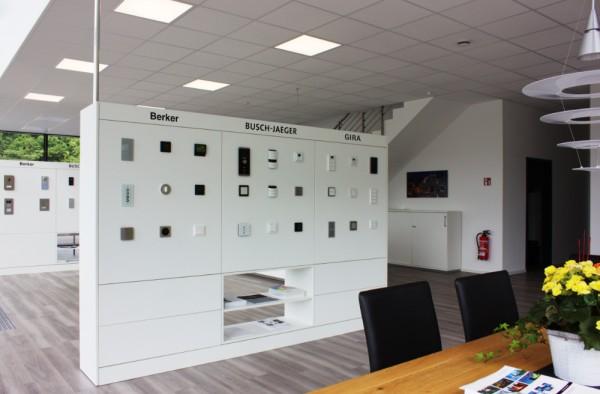 Eine Ausstellungswand mit Smart Home Komponenten